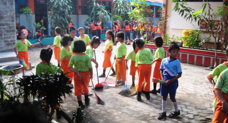 Menjaga Kebersihan di Sekolah